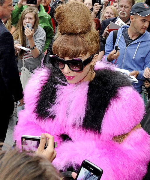 lady-gaga-in-sweden-pink & black